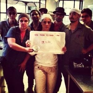 Isabela Raposeiras posa com equipe em foto divulgada nas redes sociais: apoio aos manifestantes paulistanos