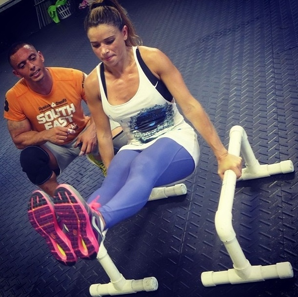 18.jun.2013 - Dany Bananinha aposta no cross fit e faz exercícios para o tríceps com o auxílio de barras e o próprio peso do corpo