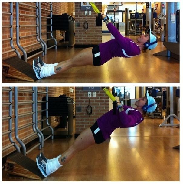 27.jun.2013 - Penélope Nova caiu da cama e apostou nos exercícios para os membros superiores com o TRX. Esse tipo de treinamento funcional é baseado apenas no uso do próprio peso do corpo