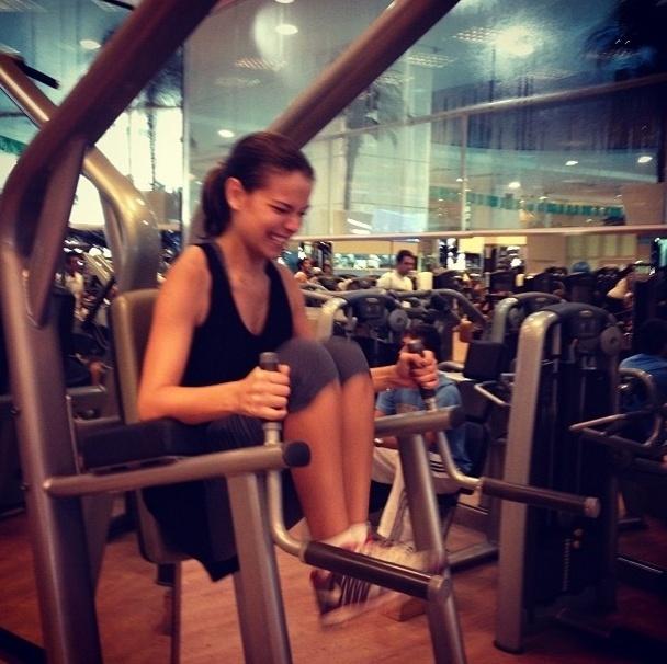 16.jul.2013 - A atriz Milena Toscano faz o abdominal infra para manter o abdome sequinho.