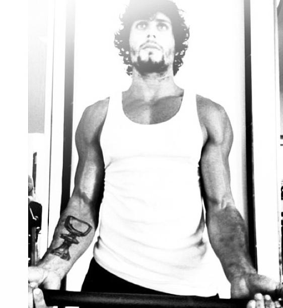 16.jul.2013 - Mesmo de férias, Jesus Luz não descuida da boa forma e faz exercício para definir o bíceps