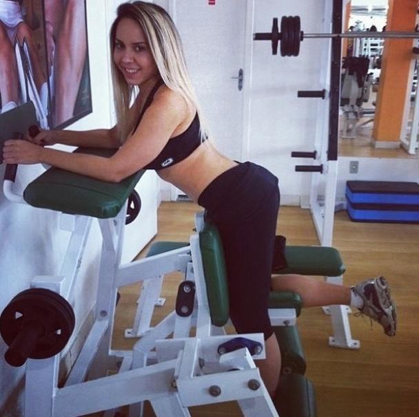 16.jul.2013 - Para definir o bumbum, Mulher Melão faz flexão em pé na máquina