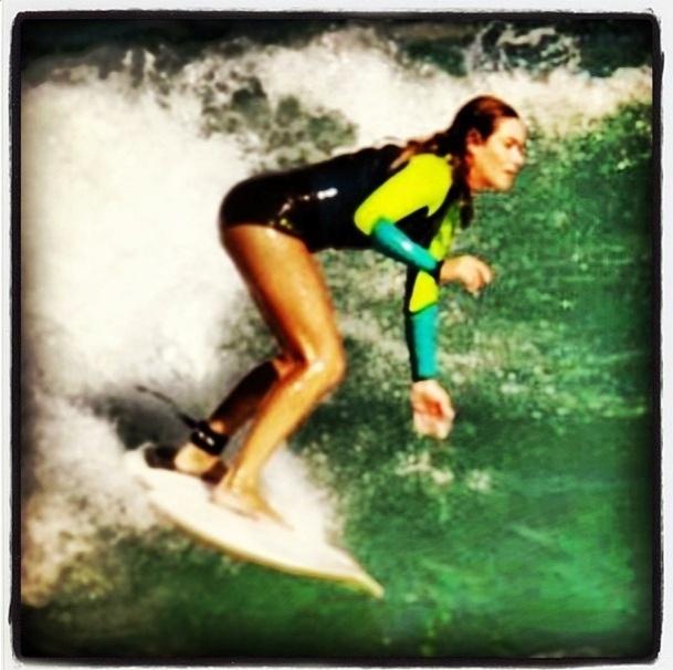 19.jul.2013 - Luize Altenhofen aproveitou o dia para manter a forma e surfar no Rio de Janeiro