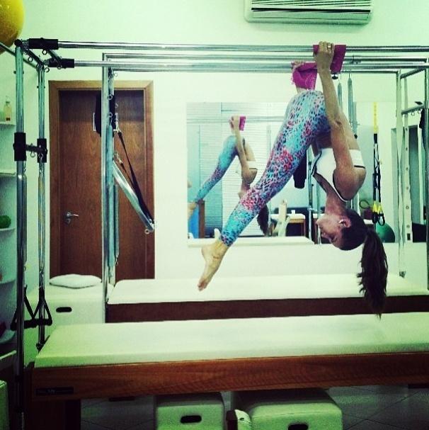 30.jul.2013 - A top model Izabel Goulart mostrou a flexibilidade ao alongar durante uma aula de pilates