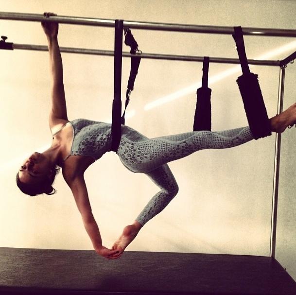 1.ago.2013 - A atriz Isis Valverde mostra a flexibilidade e o corpo sequinho durante aula de pilates