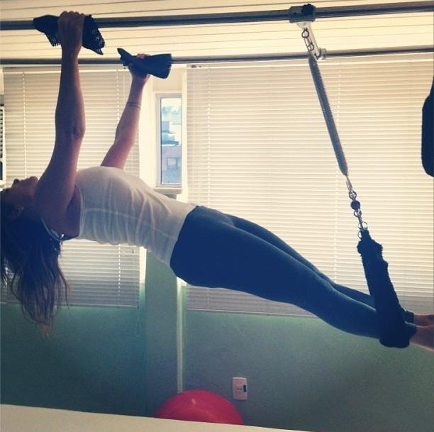 1.ago.2013 - Sempre que pode a atriz Cristiana Oliveira mostra sua evolução nas aulas de pilates no Instagram