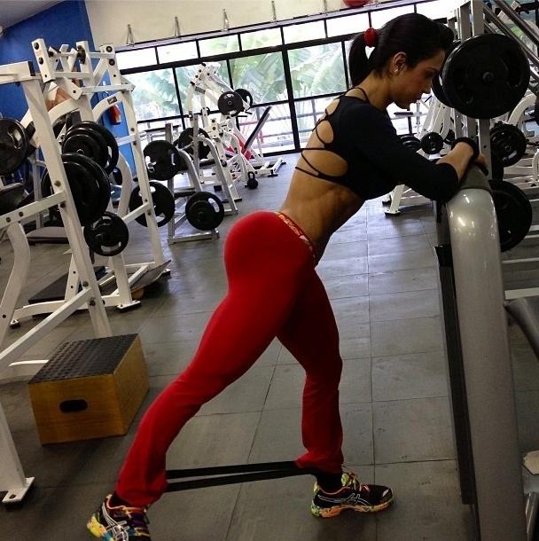 5.ago.2013 - O treino de Gracyanne desta segunda-feira teve foco em manter o bumbum durinho. Ela faz quatro séries de 20 repetições com o elástico
