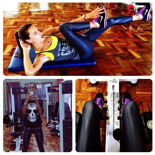 7.ago.2013 - A top Alessandra Ambrósio investe no abdominal bicicleta para definir a barriga e na cadeira abdutora para trabalhar os glúteos.