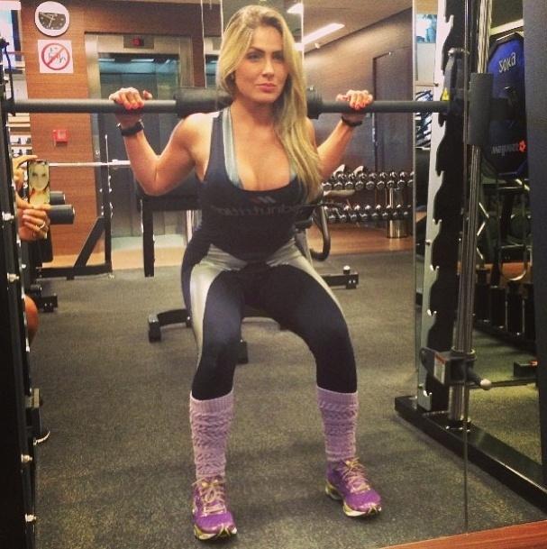 20.ago.2013 - A ex-BBB Renatinha já voltou a malhar depois de trocar as próteses de silicone. Ela faz o agachamento no