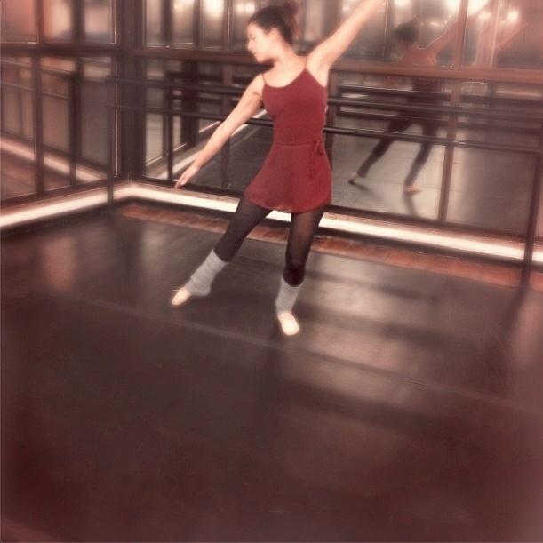 21.ago.2013 - A atriz Fernanda Paes Leme comemorou o retorno às aulas de balé. A atividade ajuda a definir os músculos da perna