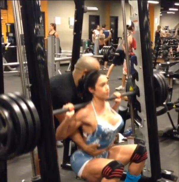 21.ago.2013 - Acostumada a treinar com cargas pesadas, Gracyanne Barbosa conta com a ajuda do personal trainer para fazer o agachamento no
