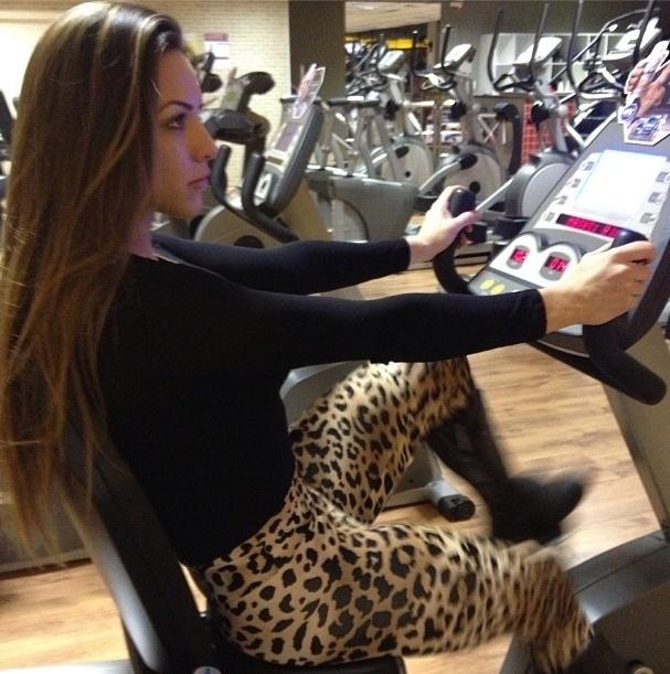 22.ago.2013 - Depois de um tempo afastada da academia, a ex-BBB Michelly Crisfepe tem feito exercícios mais leves para evitar lesões, como a bicicleta