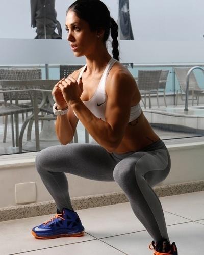 Bella Falconi - modelo fitness - agachamento sumo