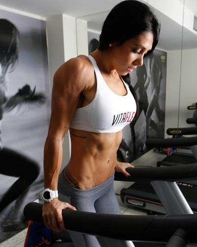 Bella Falconi - modelo fitness - barra paralela