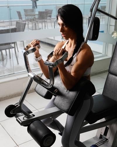 Bella Falconi - modelo fitness - bíceps