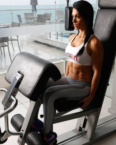 Bella Falconi - modelo fitness - cadeira extensora