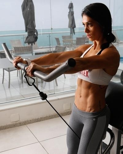 Bella Falconi - modelo fitness - elevação frontal