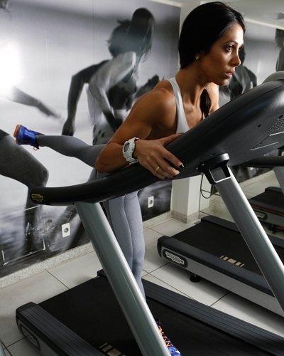 Bella Falconi - modelo fitness - esteira