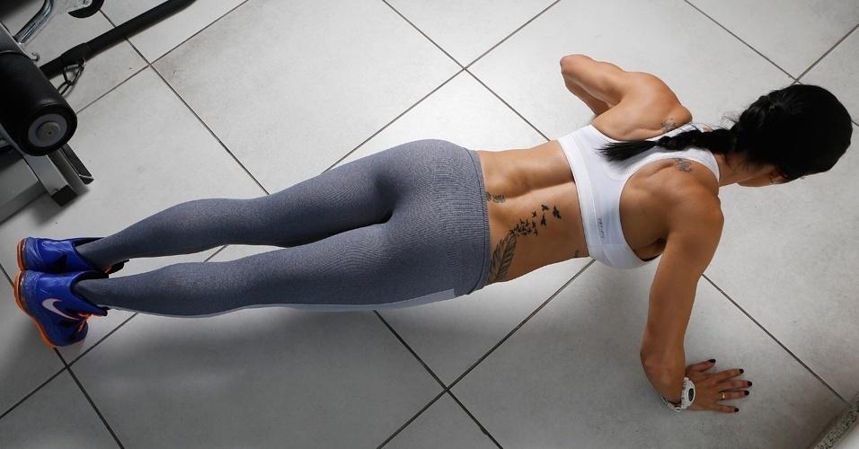 Bella Falconi - modelo fitness - flexão