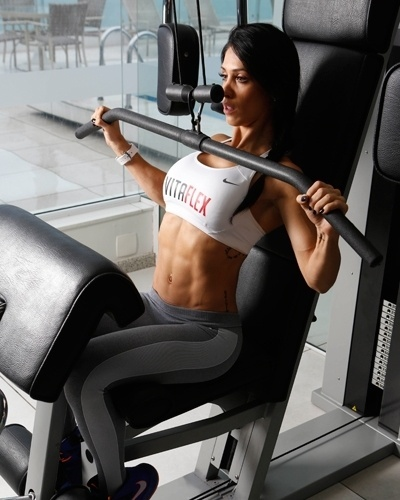 Bella Falconi - modelo fitness - pulley frente