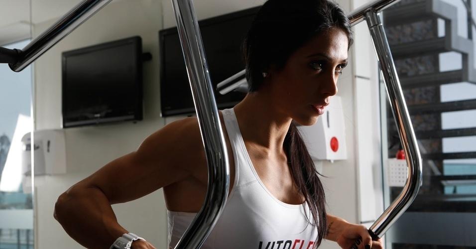 Bella Falconi - modelo fitness - remada