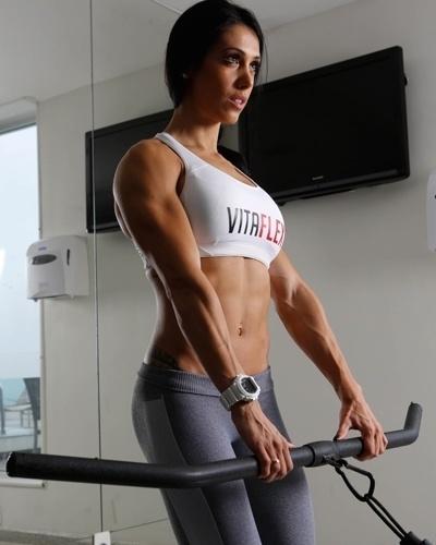 Bella Falconi - modelo fitness - remada alta