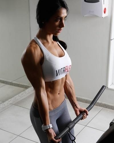 Bella Falconi - modelo fitness - rosca direta no cabo