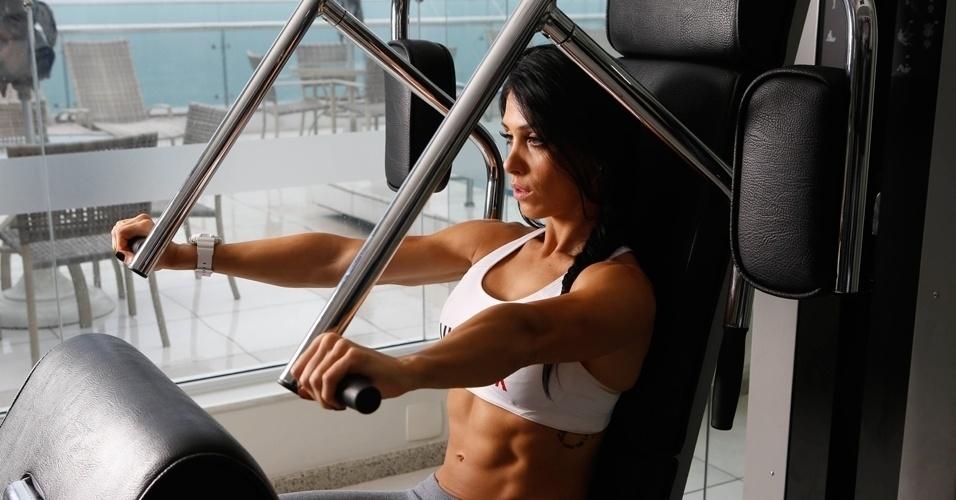 Bella Falconi - modelo fitness - supino