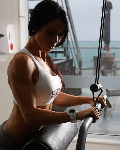 Bella Falconi - modelo fitness - tríceps