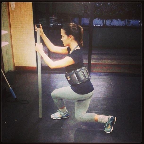 2.set.2013 - A personal trainer de Pérola Faria não facilita. A atriz faz exercício com uma caneleira presa na região do abdome para deixar o exercício mais difícil
