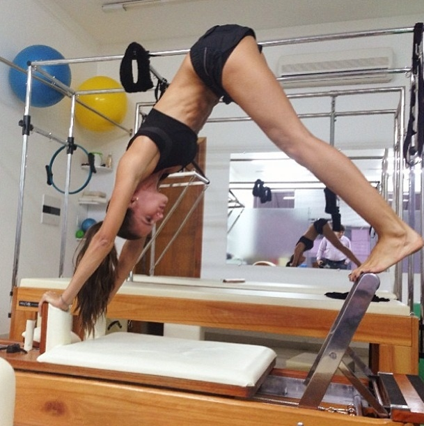 2.set.2013 - A top model Izabel Goulart aproveita para se alongar nos aparelhos de pilates