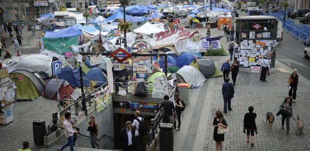 Manifestantes acampam em praça de Madri para protestar contra a crise econômica e as medidas de austeridade adotadas pelo governo