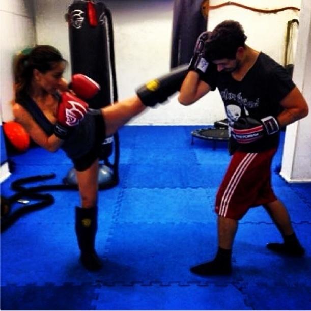 11.out.2013 - Sabrina luta muay thai com o namorado João Vicente