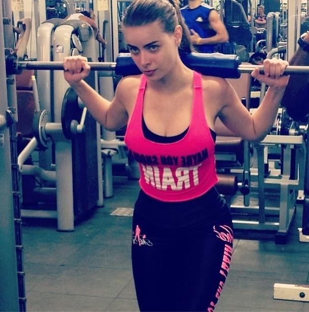17.out.2013 - A namorada do cantor Latino, Rayanne Morais, aposta no agachamento para trabalhar as pernas e glúteos