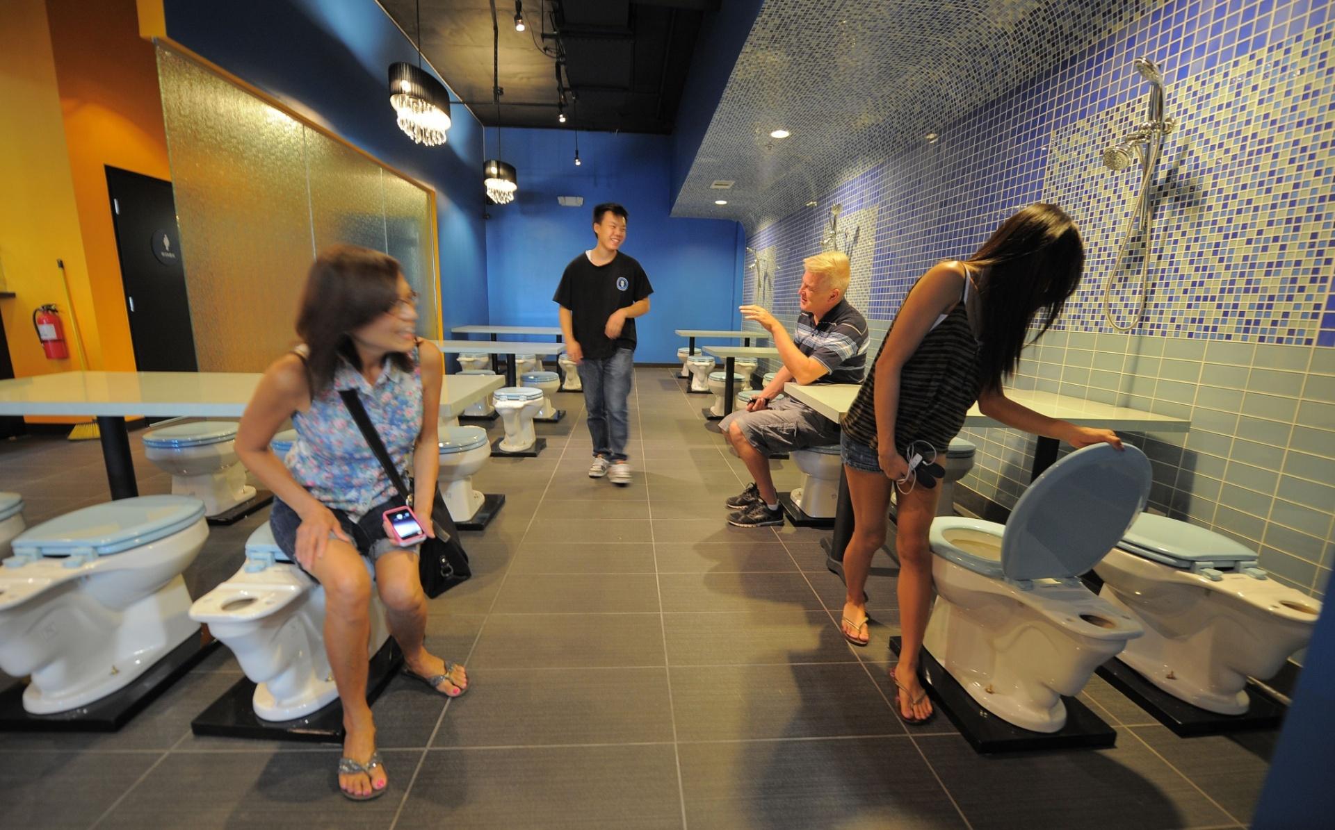 restaurante com decoração de banheiro em LA   UOL Estilo de vida #AE721D 1920 1195