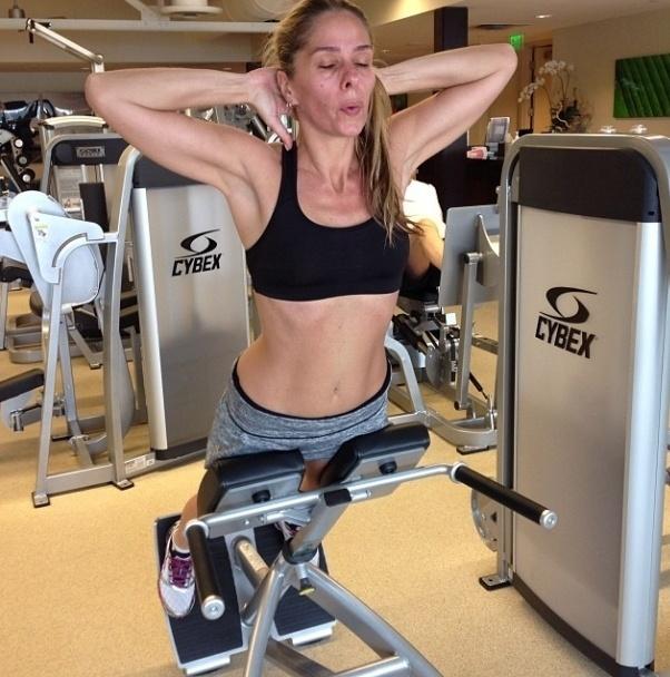 13.nov.2013 - Mesmo quando viaja, Adriane Galisteu não descuida dos treinos. A apresentadora aposta na hiperextensão lombar