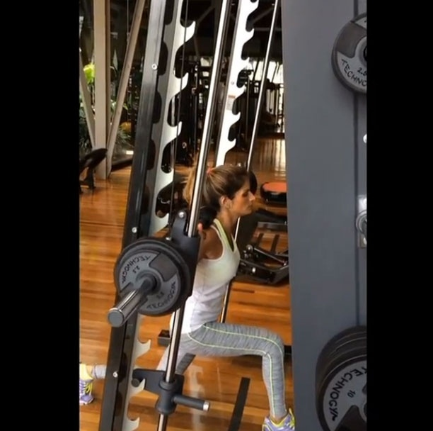 11.mar.2014 - Para trabalhar o quadríceps, Carol Magalhães aposta no agachamento unilateral. A apresentadora faz quatro séries de 15 repetições em cada perna
