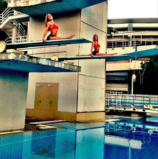 13.mar.2014 - Antes de entrar na piscina para treinar, as gêmeas do nado sincronizado Bia e Branca Feres fazem um alongamento