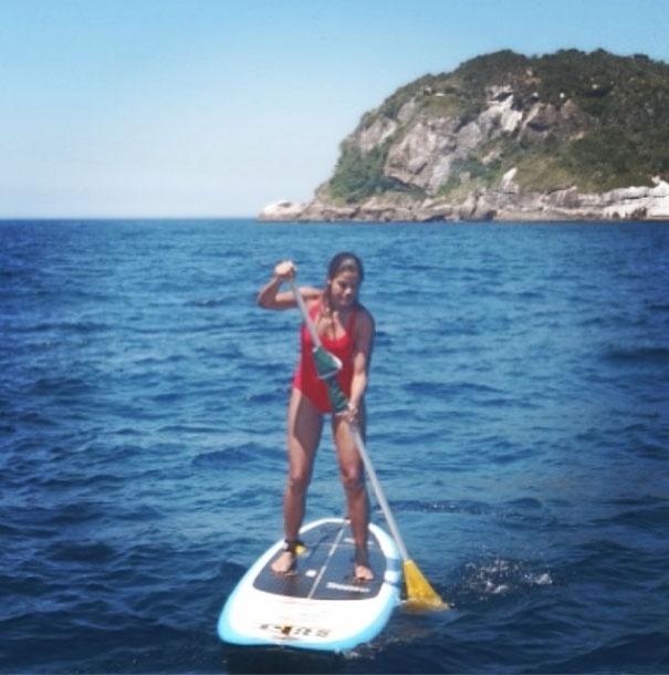 19.mar.2014 - A atriz Ildi Silva aproveita o calor do Rio de Janeiro para investir no stand up surfe