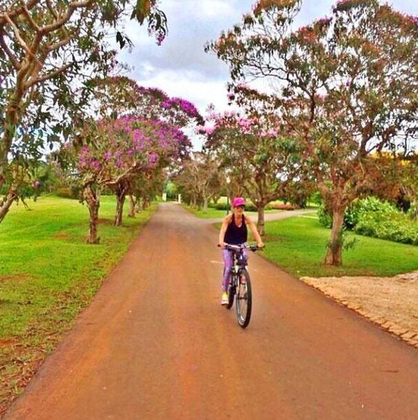 24.mar.2014 - Mesmo nos dias que não vai para a academia, Carol Magalhães aproveita para fazer exercícios ao ar livre. Desta vez, a apresentadora optou por andar de bicicleta