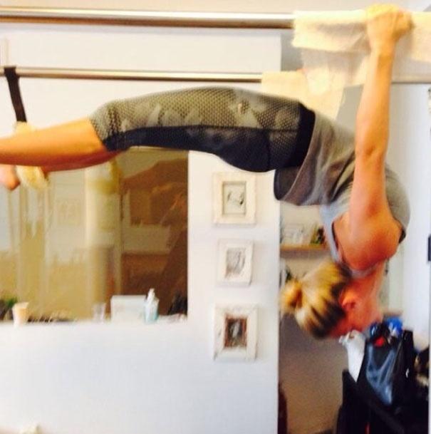 27.mar.2014 - Bar Refaeli mostrou sua elasticidade ao se exercitar em aparelho de pilates.