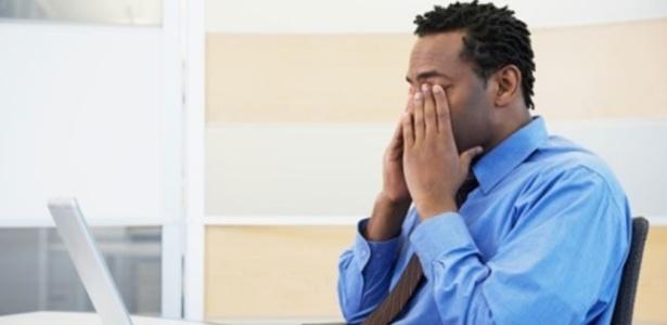 Síndrome do Olho Seco surge por questões ambientais como exposição à fumaça (cigarro e poluição do ar), ficar muito tempo em locais com ar-condicionado, clima seco e uso excessivo de computador