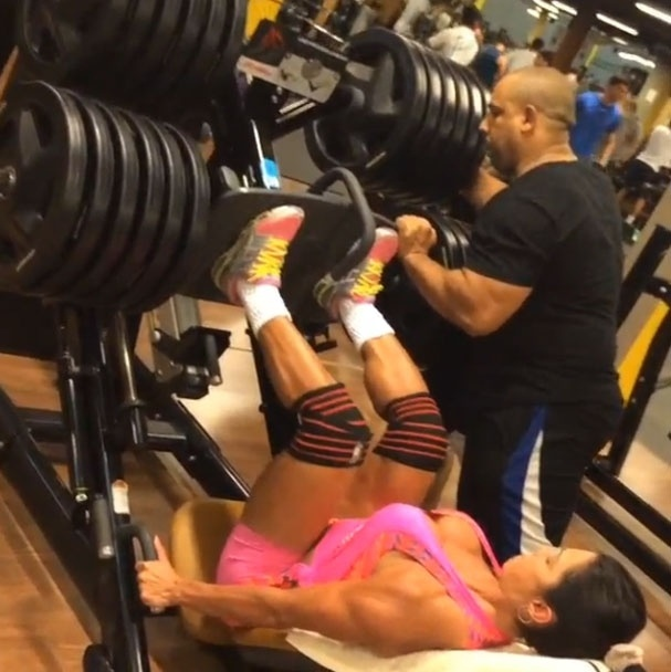 2.abr.2014 - Gracyanne Barbosa faz exercícios para a parte da frente das coxas no