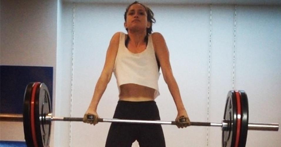 14.jul.2014 - A atriz Nanda Costa levanta pesos em foto publicada em seu Instagram