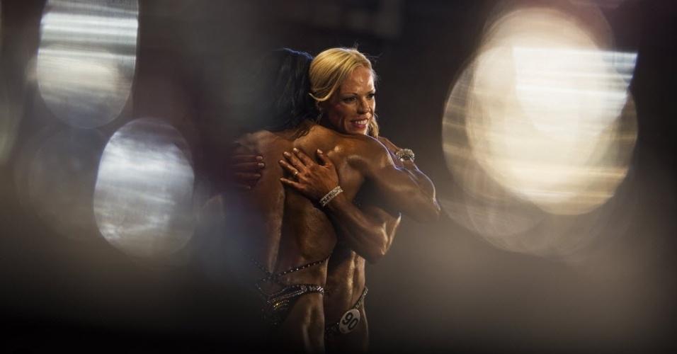 26.set.2014 - Competidoras se cumprimentam após apresentação aos jurados do evento de fisiculturismo (bodybuilding) Arnold Classic Europa em Madri, na Espanha