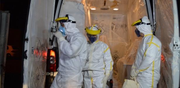 Em foto de outubro de 2014, agentes de saúde preparam transferência de paciente com suspeita de ebola de Cascavel (PR) ao Rio