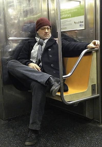 Com a barba por fazer, Tom Hanks é fotografado andando de metrô em Nova York