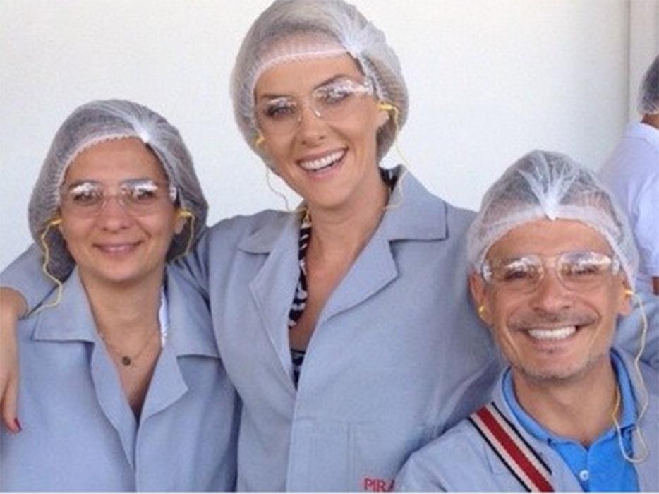 Ana Hickmann e produtores da Record usam avental e touca em fábrica do arroz Prato Fino