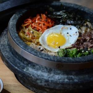 Bibimbap: tirinhas de mignon com legumes, cogumelos e ovo de codorna