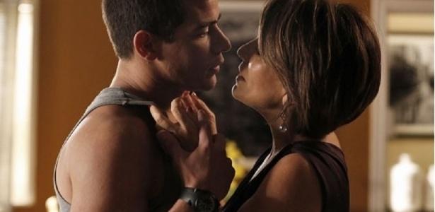 Depois de conseguir desarmar Diogo (Thiago Martins), Beatriz (Glória Pires) se declara para o rapaz que não acredita na empresária